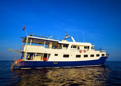 Join 5 days dive safari on the Richelieu rock diving liveaboard Manta Queen 7