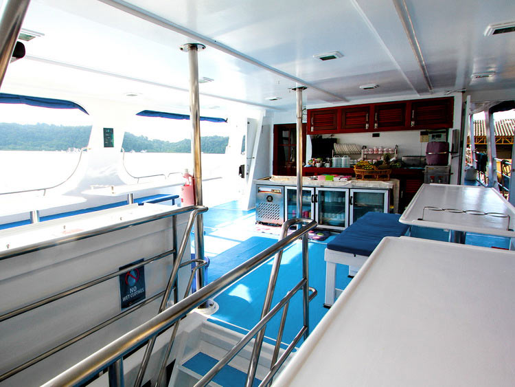 Manta Queen 1 dining deck