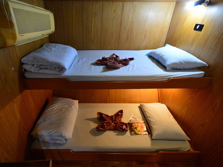 Manta Queen 2 twin bed cabin